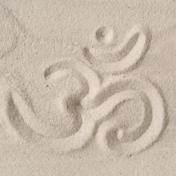 om Zeichen im Sand