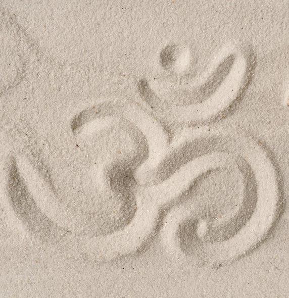 om-Zeichen im Sand